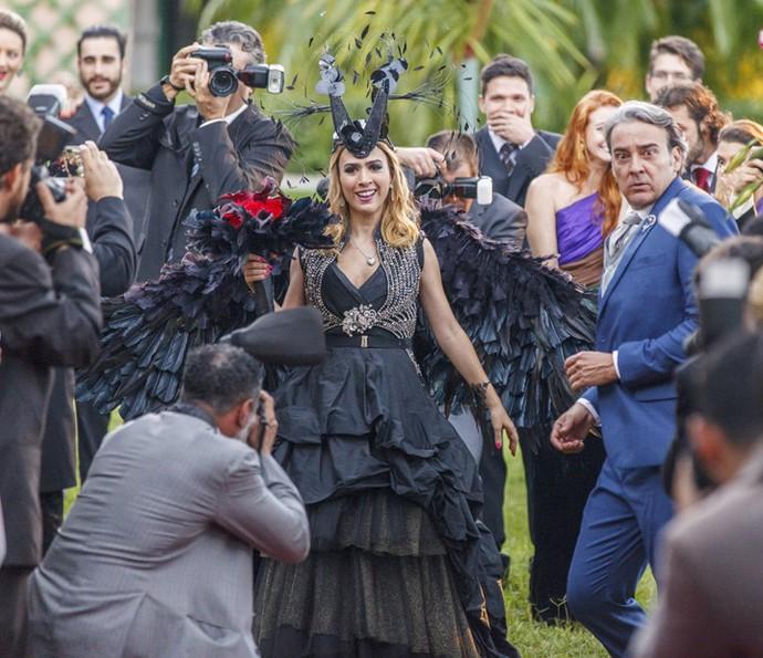 A it-girl elege vestido baphônico para se casar com Leozinho (Foto: Artur Meninea/Globo)