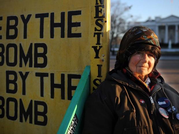 Imagem de março de 2009 mostra a ativista Concepcion Picciotto em rua em frente à Casa Branca, em Washington (Foto: TIM SLOAN / AFP)