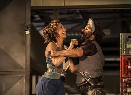 Cícero é agressivo com Tereza e aponta arma para Santo