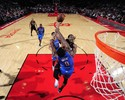 Westbrook faz 49 pontos, mas Nenê acerta último lance, e Rockets vencem