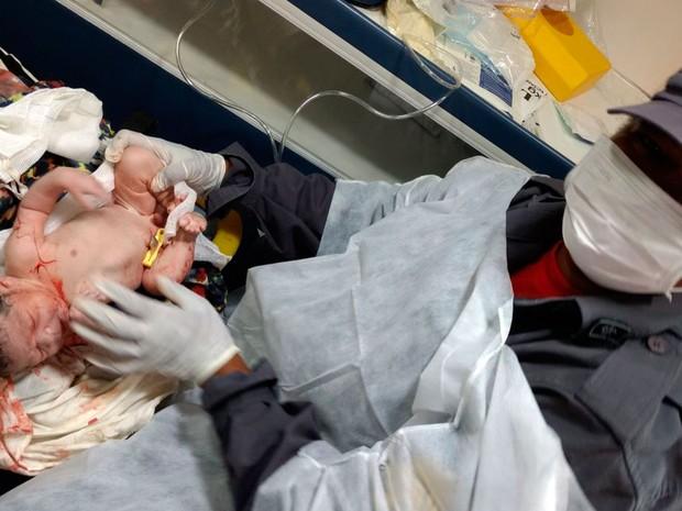 Bebê e mãe foram socorridos por guarnição do Corpo de Bombeiros (Foto: Divulgação/ Corpo de Bombeiros)