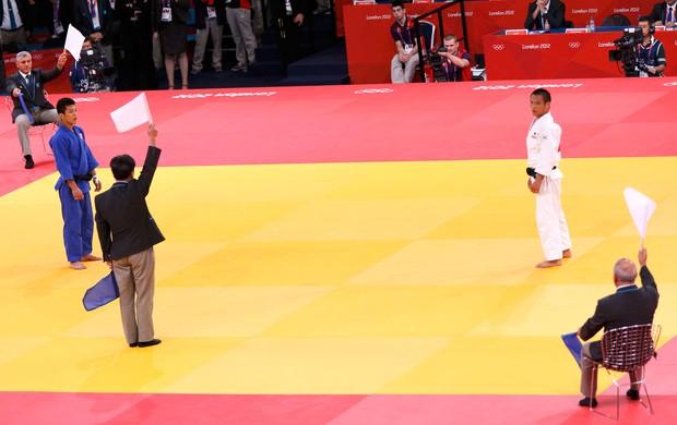 juizes bandeira azul judô Masashi Ebinuma, do Japão, e Jun-Ho Cho, da Coreia do Sul londres 2012 (Foto: Agência Reuters)