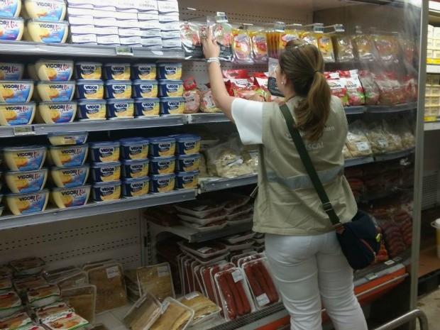 Fiscalizações são realizadas em supermercados de Manaus (Foto: Francielen Cardoso/Rede Amazônica)