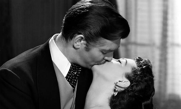 Existe coisa mais romântica que os beijos de Scarlett O'Hara e Rhett Butler em '...E o Vento Levou' (1939)? Olha, é melhor que exista, porque Vivien Leigh (1913-1967) dizia que beijar Clark Gable (1901-1960) foi horrível, tamanho o mau hálito do ator. Ninguém merece! (Foto: Reprodução)