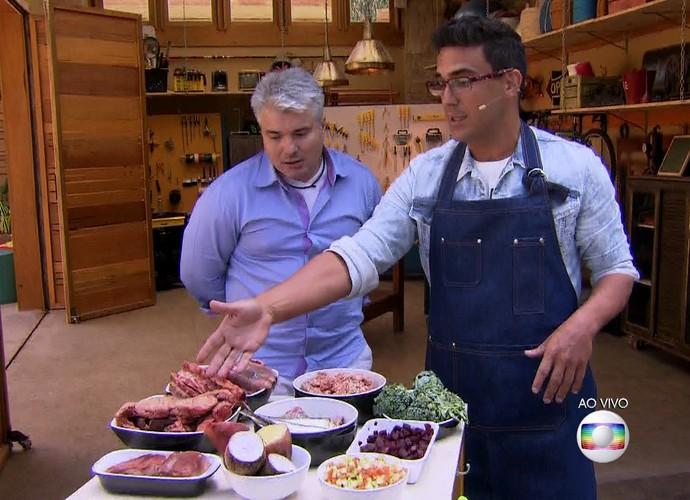 André Marques ensina receita de comida natural para cães com o nutrólogo e veterinário Luiz Eduardo Souza (Foto: TV Globo)