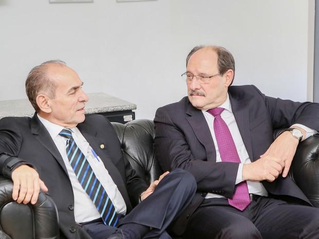 Sartori conversa com o ministro da Saúde, Marcelo Castro, em Brasília (Foto: Luiz Chaves/Palácio Piratini)
