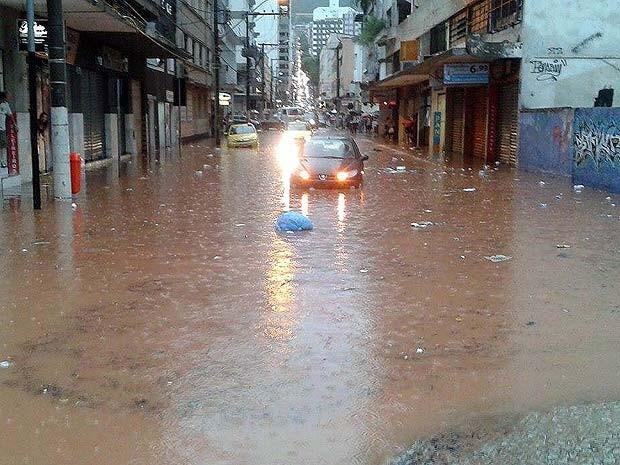 Avenida Itamar Franco também foi uma das alagadas durante a chuva desta tarde (Foto: Kelly Scoralick/G1)