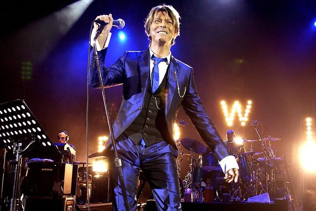 David Bowie: pioneiro no uso da alfaiataria sequinha (Foto: Getty Images)