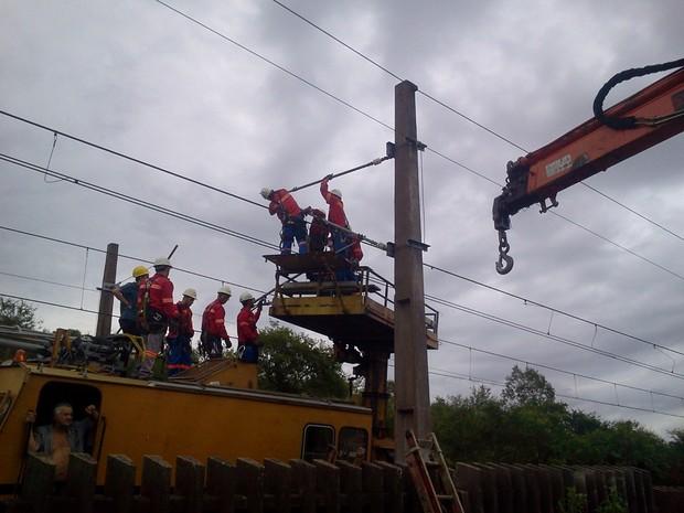 Técnicos trabalham para restabelecer serviço em ponto onde cabo se rompeu (Foto: Vanessa Felippe/RBS TV)