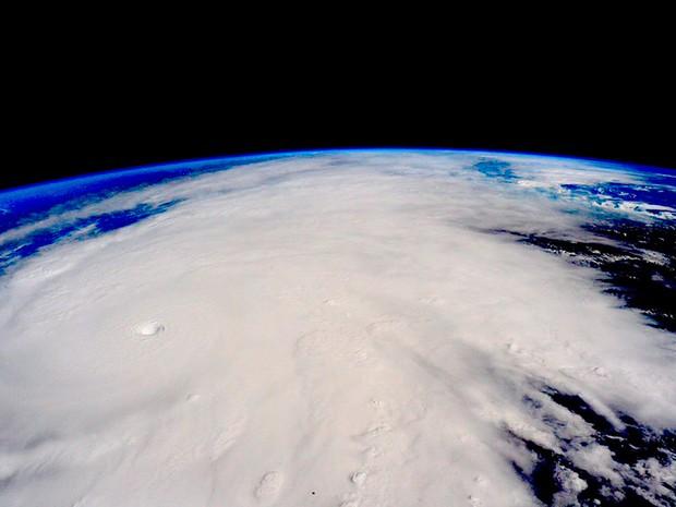O furacão Patricia é visto se aproximando da costa do México em uma imagem da NASA tirada a partir da Estação Espacial Internacional. Patricia é uma das tempestades mais fortes já registradas, com ventos que podem atingir 321 km/h (Foto: Nasa/via Reuters)