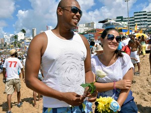 Casal foi entragar flores a Iemanjá. (Foto: Elias Dantas/ Ag Haack)