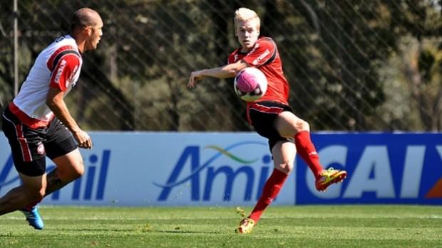 Zagueiro Erwin, do Atlético-PR, em treino no CT do Caju (Foto: Gustavo Oliveira/Site Oficial do Atlético-PR)