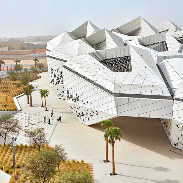 Zaha hadid projeta edif cio futurista no meio do deserto for News section design