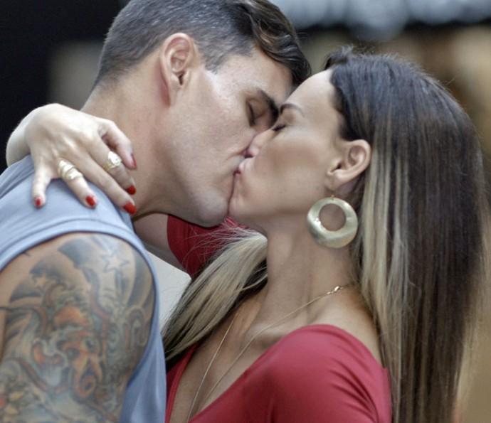 Janete e Merlô dão o maior beijão (Foto: TV Globo)