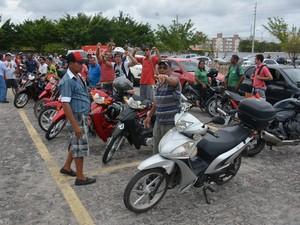 Donos de ciclomotores de 50 cilindradas fizeram buzinaço em João Pessoa nesta segunda-feira (21) (Foto: Walter Paparazzo/G1)