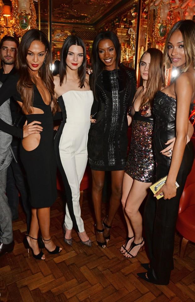 Joan Smalls, Kendall Jenner, Sigail Currie, Cara Delevingne e Jourdan Dunn em festa em Londres, na Inglaterra (Foto: David M. Benett/ Getty Images)