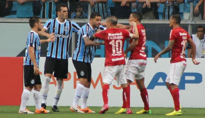 Edinho e D Ale discutem no Gre-Nal (Foto  Diego Guichard) fd0329938da5d