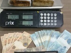 Droga e dinheiro apreendidos com os suspeitos (Foto: PRF/Divulgação)