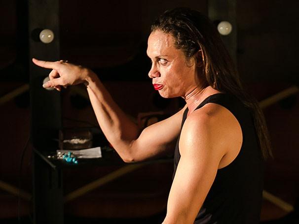 Silvero Pereira se transforma em Gisele Almodóvar em trechos da peça (Foto: Lina Sumizono)