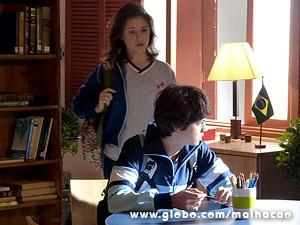 Vitor se esconde na biblioteca do colégio (Foto: Malhação / TV Globo)