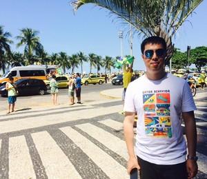 """Chao Chen, turista chinês, surpreso com a manifestação em Copacabana: """"Tem todo domingo?"""" (Foto: Cristina Grillo)"""
