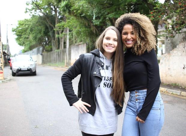 Erika e Carol juntinhas, indo ao encontro da comunidade da CIC (Foto: Amanda Caroline/RPC)