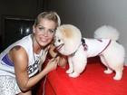 Karina Bacchi participa de evento com seu cãozinho