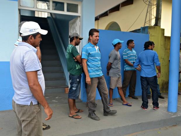 Servidores estão de três a cinco meses sem receber em Cruzeiro do Sul (Foto: Anny Barbosa/G1)