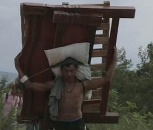 Colombianos deportados da Venezuela carregam móveis e outros objetos através da fronteira (Foto: Reprodução/BBC)