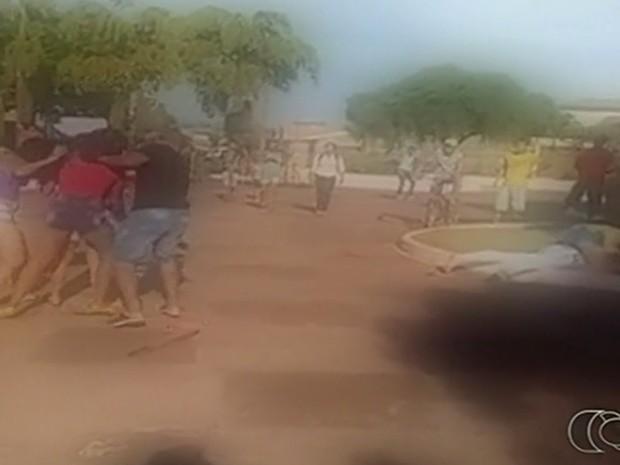 Homem tenta apartar briga de garotas em Rio Verde, em Goiás (Foto: Reprodução/TV Anhanguera)