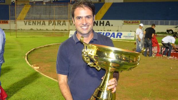 Técnico do Boa Esporte, Sidney Moraes, com troféu da Taça Minas Gerais. (Foto: Tiago Campos / Globoesporte.com)