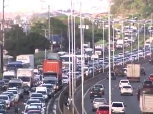 Motoristas enfrentam congestionamento na BR-324 (Foto: Reprodução/TV Bahia)