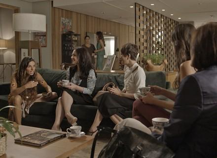 Rita deixa Joyce envergonhada na frente das amigas dela