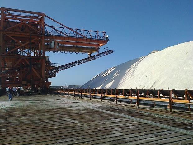 Em 2013, foram embarcados 1,2 milhão de toneladas de sal no porto-ilha de Areia Branca (Foto: Alex Viana)