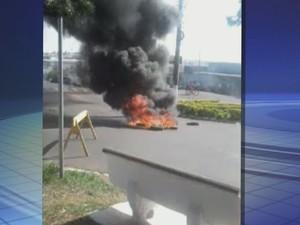 Moradores protestaram contra morte de jovem em Ibitinga (Foto: Reprodução / TV TEM)