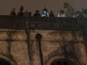 Índios invadem o prédio ao lado do Maracanã no Rio de Janeiro, nesta segunda-feira (5) (Foto: Celso Pupo/Fotoarena/Folhapress)