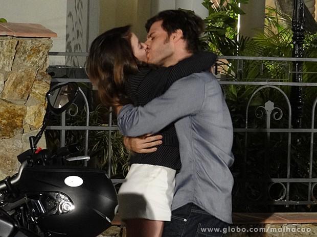 Flaviana beija muuuuuuito! A garota delira ao ser pedida em namoro (Foto: Malhação / TV Globo)