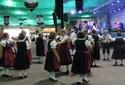 Projeto ensina dança folclórica a idosos para apresentação na Oktober