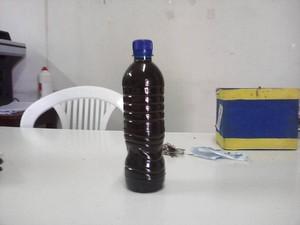 Professor encheu uma garrafa para mostrar coloração de água (Foto: Reprodução/Thiago Feitosa)