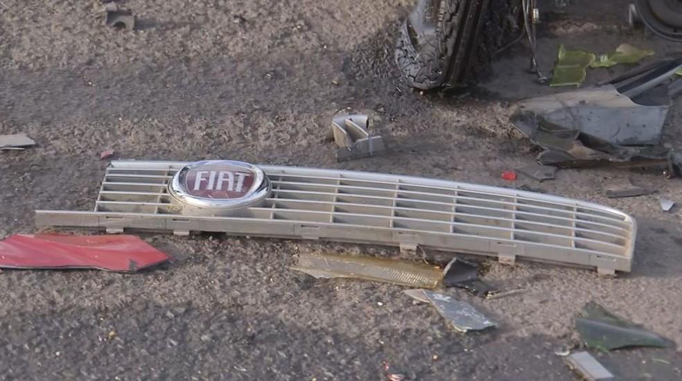 Parte da frente de veículo que bateu na moto ficou preso junto com as ferragens, na SP 300 (Foto: Reprodução / TV TEM)
