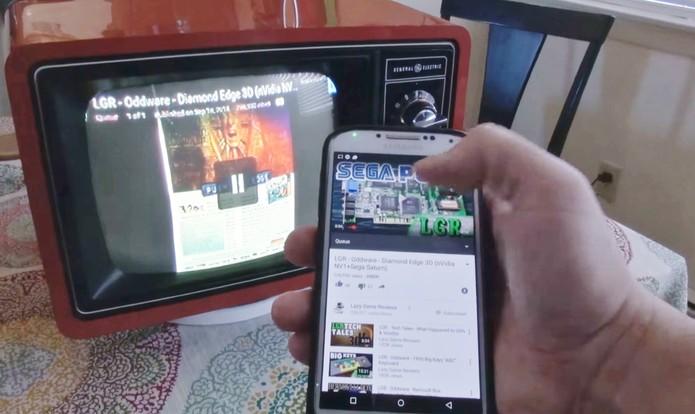 Gambiarra transforma TV de tubo em Smart TV com Chromecast (Foto: Divulgação/Dr. Moddnstine)