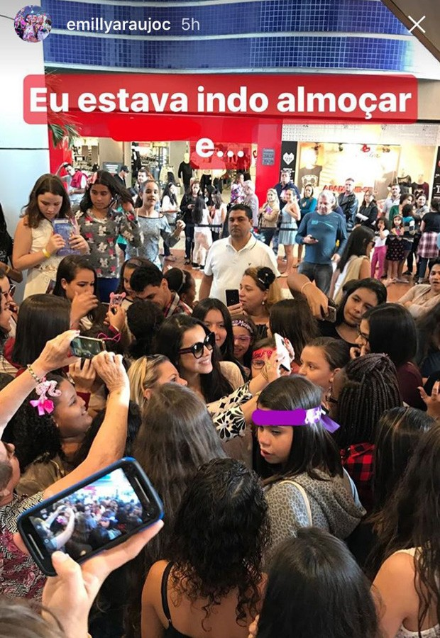 Emilly Araújo é cercada por fãs de Larissa Manoela (Foto: Reprodução/Instagram)