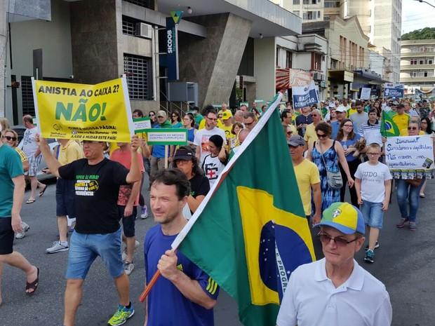 Perto das 16h, manifestantes de Blumenau saíram em caminhada (Foto: Luiz Souza/RBS TV)