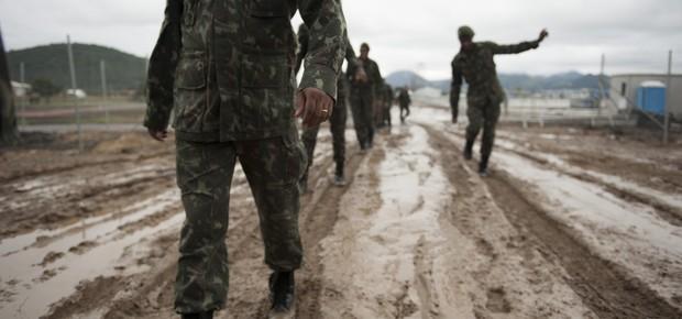 Militares do Exército, responsáveis pela segurança do papa, em Guaratiba nesta quinta-feira à tarde (Foto: AP Photo/Nicolas Tanner)