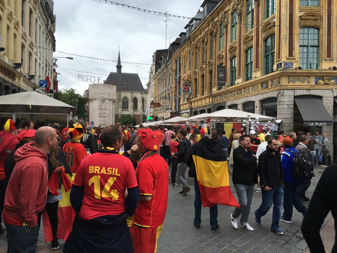 Torcedor belga com camisa da Copa do Mundo de 2014 em Lille (Foto: Felipe Barbalho/GloboEsporte.com)