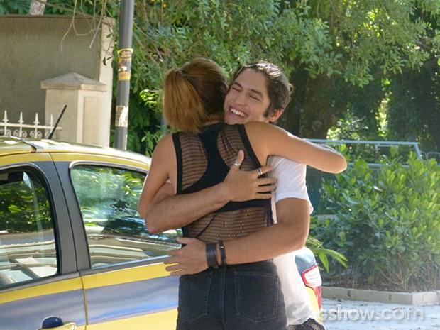 Antônio é solto e Anita o recebe com um abraço caloroso (Foto: Malhação / TV Globo)