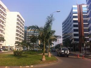O setor de imóveis é uma das várias frentes em que a Odebrecht atua no país africano (Foto: João Fellet/BBC Brasil)