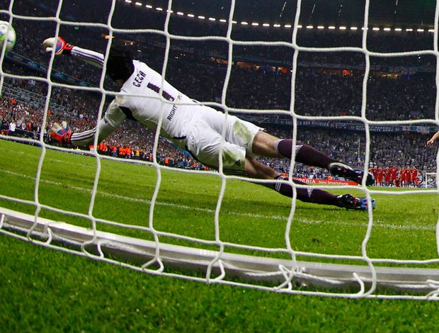Petr Cech pênalt Chelsea (Foto: Reuters)
