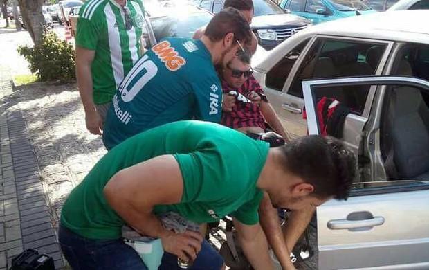 Giovanni e Gustavo auxiliando cadeirante atleticano no AtleTIBA