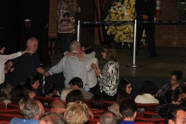 Othon Bastos abraça a mulher de Wilker, Cláudia Montenegro (Foto: Marcos Ferreira - Fotorionews)
